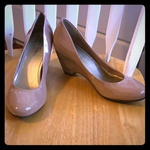 Jessica Simpson Sz.9 Beige Patent Leather Wedge